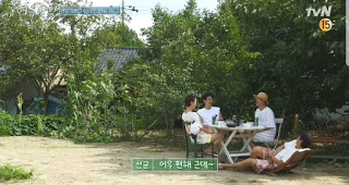 lee sun kyun falls from broken chair variety show korea our little summer vacation